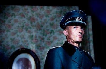 Appartamento ad Atene: Richard Sammel in una scena del film nei panni del dispotico Capitano Kalter