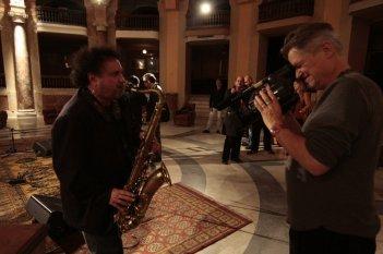 Enzo Avitabile Music Life: il regista Jonathan Demme con Enzo Avitabile sul set del film