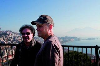 Enzo Avitabile Music Life: il regista Jonathan Demme insieme a Enzo Avitabile sullo sfondo del golfo di Napoli