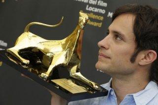 Gael Garcia Bernal di profilo con il suo Exellence Award