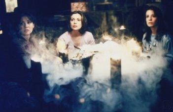 Holly Marie Combs, Alyssa Milano, Shannen Doherty nell'episodio Il ciondolo antico della serie Streghe