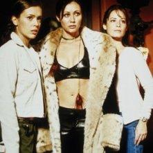 Holly Marie Combs, Alyssa Milano, Shannen Doherty nell'episodio La signorina Hellfire della serie Streghe