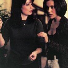 Holly Marie Combs e Alyssa Milano in un momento dell'episodio Il terzo occhio della serie Streghe