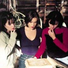 Holly Marie Combs, Shannen Doherty, Alyssa Milano in una scena dell'episodio Lo specchio della serie TV Streghe