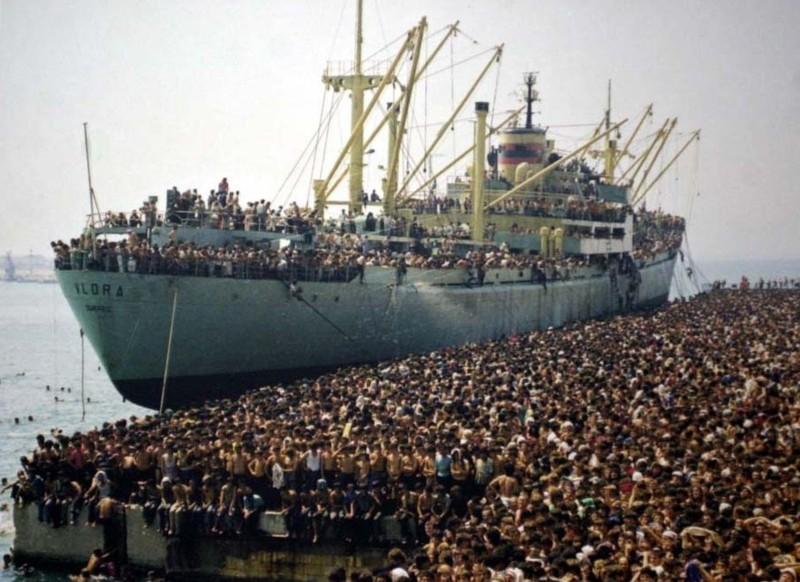 La Nave Dolce Lo Sbarco Di Ventimila Albanesi Nel 1991 A Bari In Un Impressionante Immagine Del Docu 248039