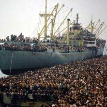 La nave dolce: lo sbarco di ventimila albanesi nel 1991 a Bari in un'impressionante immagine del documentario