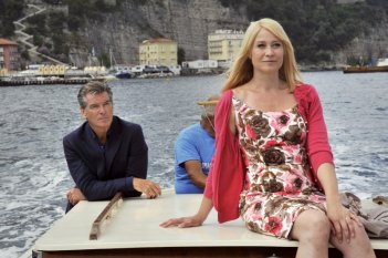 Love Is All You Need: Trine Dyrholm e Pierce Brosnan cullati dalle acque di Sorrento in una scena