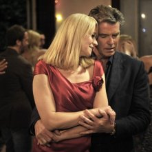 Love Is All You Need: Trine Dyrholm e Pierce Brosnan in una romantica scena del film