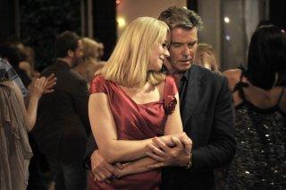 Love Is All You Need: Trine Dyrholm e Pierce Brosnan in una romantica scena del film