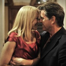 Love Is All You Need: Trine Dyrholm in una tenera scena con Pierce Brosnan