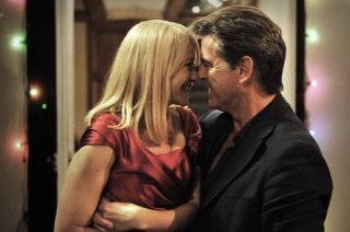 Love Is All You Need: Trine Dyrholm in una tenera scena con Pierce Brosnan