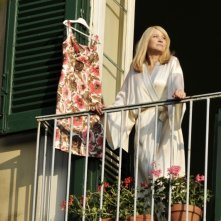 Love Is All You Need: Trine Dyrholm sul balcone ammira il panorama in una scena del film