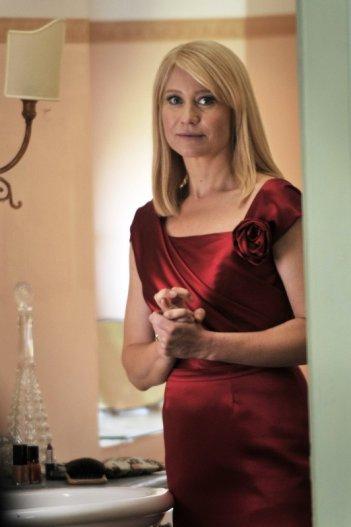 Love Is All You Need: un'elegantissimaTrine Dyrholm si guarda allo specchio in una scena del film