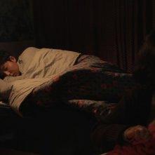 Pietà: Jo Min-su veglia il sonno di Lee Jung-jin in una scena del film