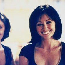 Shannen Doherty e Alyssa Milano nell'episodio L'anello magico della serie Streghe