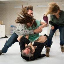 The Possession: Natasha Calis con Matisyahu, Jeffrey Dean Morgan e Kyra Sedgwick in una concitata scena del film