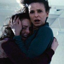 The Possession: Natasha Calis e Kyra Sedgwick in una scena del film