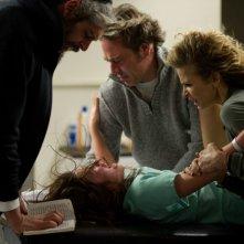 The Possession: Natasha Calis esorcizzata da Matisyahu insieme a Jeffrey Dean Morgan e Kyra Sedgwick in una scena