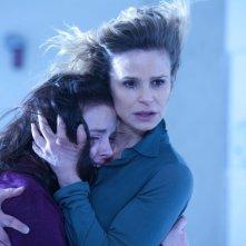 The Possession: Natasha Calis insieme a Kyra Sedgwick in una scena del film