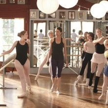 Bunheads: Kaitlyn Jenkins, Sutton Foster, Emma Dumont e Bailey Buntain nell'episodio Whats the Damage, Heather?