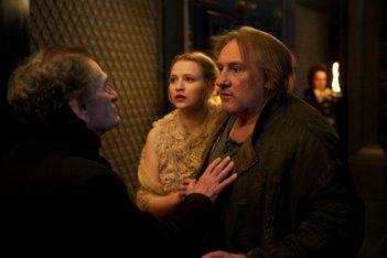 L'homme qui rit: Christa Théret e Gérard Depardieu in una scena del film