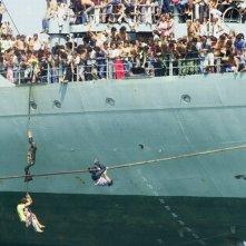 La nave dolce: la nave Vlora nei pressi di Durazzo in una scena del documentario di Vicari