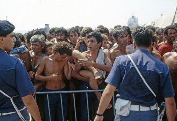 La nave dolce: una scena del documentario di Daniele Vicari sullo sbarco dei ventimila albanesi a Bari nel 1991