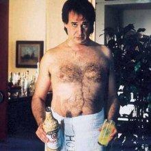 Toni Servillo a torso nudo e con una buffa espressione ne L'uomo in più