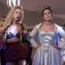 90210: Gillian Zinser e Shenae Grimes nell'episodio It's the Great Masquerade, Naomi Clark