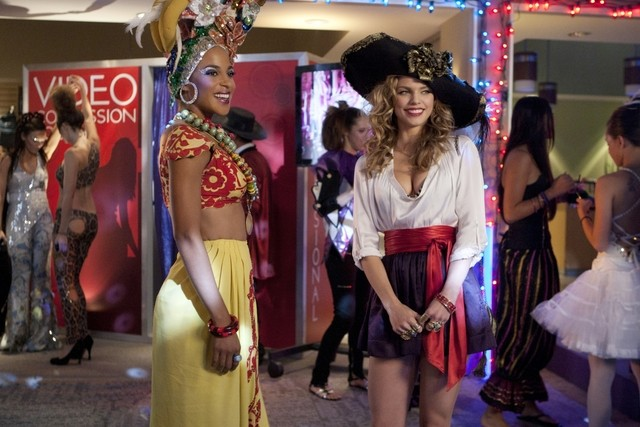 90210 Megalyn Echikunwoke Ed Annalynne Mccord Nell Episodio It S The Great Masquerade Naomi Clark 248462