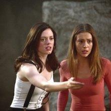 Rose McGowan e Alyssa Milano in una scena dell'episodio Il limbo della quarta stagione di Streghe