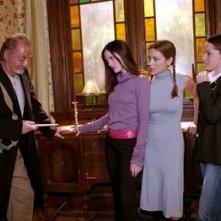 Rose McGowan, Robert Englund, Alyssa Milano e Holly Marie Combs nell'episodio La casa dei brividi della quarta stagione di Streghe