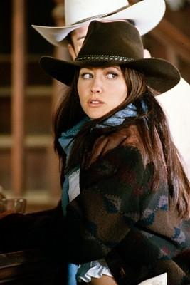 Shannen Doherty in una scena dell'episodio I fantasmi del West della serie TV Streghe