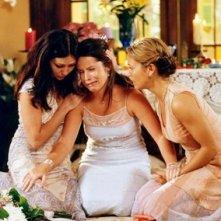 Shennan Doherty, Alyssa Milano e Holly Marie Combs in una scena ddell'episodio Proposta di matrimonio della serie TV Streghe