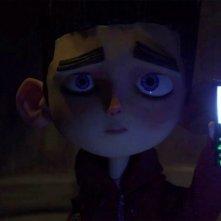 ParaNorman: Norman cerca di farsi luce con il cellulare in una scena del film