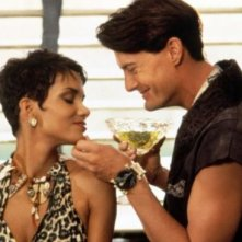 Halle Berry in The Flintstones con Kyle MacLachlan