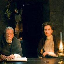 Gebo e l'ombra: Michael Lonsdale e Leonor Silveira in una scena del film