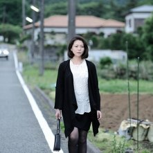 Penance: Kyôko Koizumi cammina a bordo strada in una scena del thriller drammatico di Kiyoshi Kurosawa