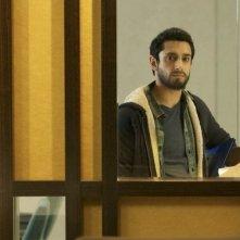 Riz Ahmed guarda fuori dalla finesta in una scena di The Reluctant Fundamentalist