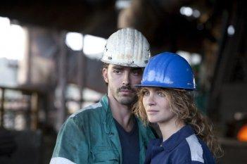 Acciaio: i protagonisti del film Vittoria Puccini e Michele Riondino in una scena