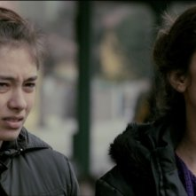 Araf - Somewhere in Between: la protagonista Neslihan Atagül insieme a Nihal Yalcin in una scena del film