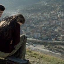 Araf - Somewhere in Between: Neslihan Atagül e Baris Hacihan sono Zehra e Olgun in una scena