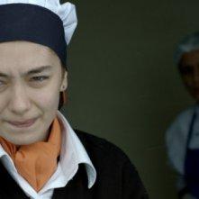 Araf - Somewhere in Between: Neslihan Atagül in una scena del film nei panni di Zehra, cameriera di una caffetteria