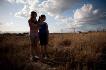 Bellas Mariposas: le protagoniste Sara Podda e Maya Mulas in una scena del film di Salvatore Mereu