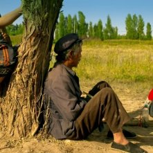 Fly with the Crane: l'anziano Ma Xingehun in una scena del film chiacchiera con dei bambini