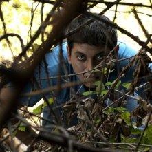 L'intervallo: Alessio Gallo appostato dietro un cespuglio in una scena del film