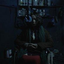 Pietà: Jo Min-su con lo sguardo fisso su uno strumento di tortura in un'immagine del film