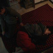 Pietà: Jo Min-su sul pavimento con Lee Jung-jin in un momento del film