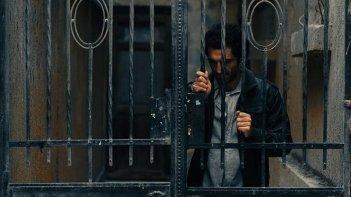 Winter of discontent: Amr Waked dietro le sbarre in una simbolica scena