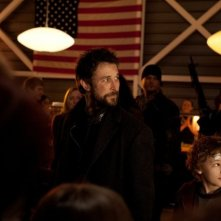 Falling Skies: Noah Wyle col giovane Maxim Knight in una scena dell'episodio Il prezzo della grandezza